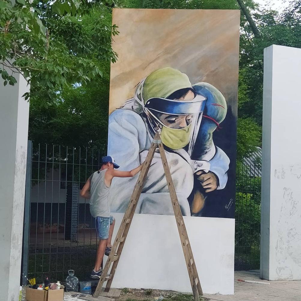 Emotivo mural frente al Perrando en homenaje al personal de Salud por su labor y compromiso en la pandemia